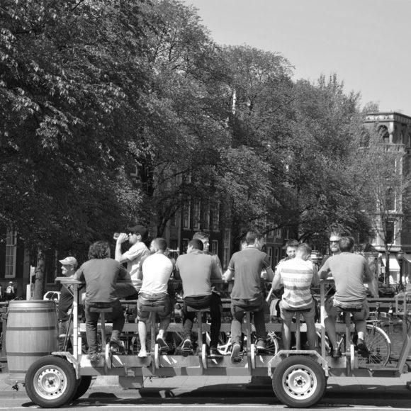 Amsterdam vs turisti: introdotte misure per combattere gli effetti negativi del turismo
